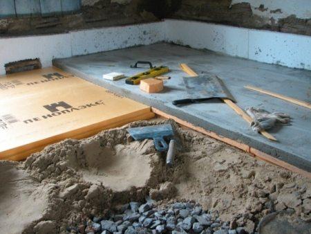 Пол из щебня, песка и цементной стяжки