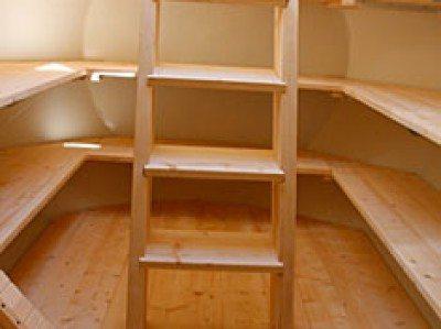 Полки внутри кессона и лестница