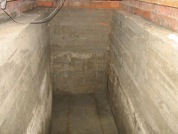 После окончания строительства погреб не ослабляет фундамент, а усиливает его, препятствуя просадкам грунта.
