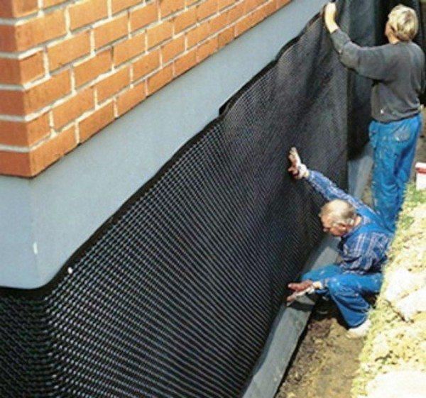 После окончания строительства цокольного этажа необходимо утеплить цоколь снаружи.