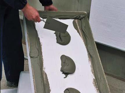 При укладке пенопласта используют специальный цементный клей.