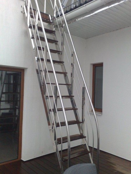 Приставная металлическая лестница с перилами.