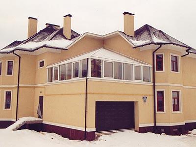 Проекты домов с подвалом гаражом и мансардой, которая расположена на крыше гаража, являются достаточно популярными