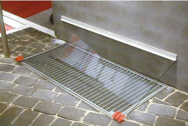 Расположение конструкции вровень с поверхность может использоваться для дополнительного отвода воды