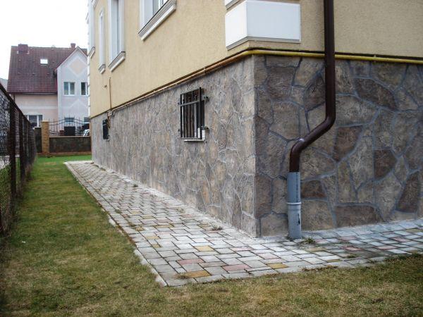 Штампованный бетон неплохо имитирует натуральные материалы.