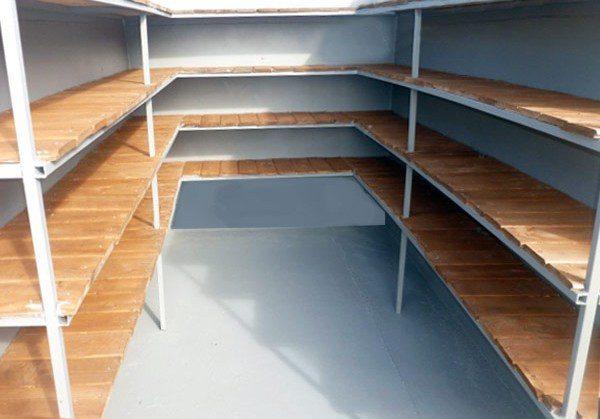 Система полок вдоль трех стен позволяет использовать пространство рационально