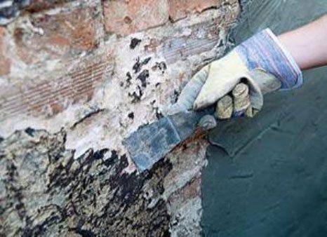 Со стен снимаем все старые покрытия.