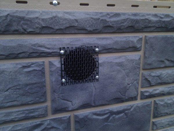 Специальные отверстия-продухи обеспечивают постоянную вентиляцию подпольного пространства.