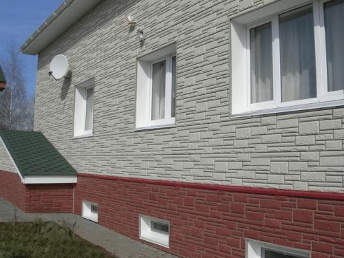 Способность выполнить весь фасад в едином стиле – одно из преимуществ облицовки камнем, предложений большое количество и всегда есть из чего выбрать