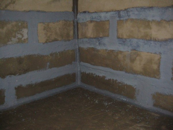 Стены погреба после нанесения цементной гидроизоляции по швам