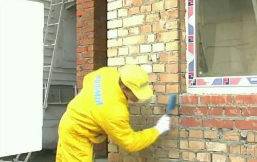 Стены, предварительно очищенные от загрязнений, нужно выровнять, зашпаклевать, прогрунтовать.