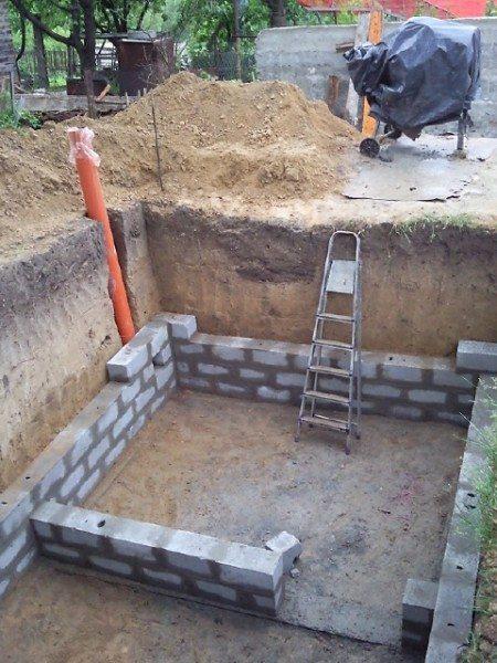 Строить стены подвала из блоков можно только при невысоком уровне грунтовых вод.