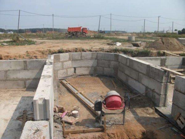 Строительство подвала из бетонных блоков