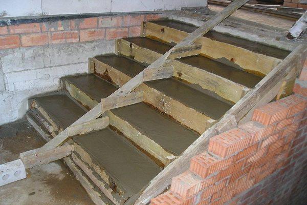 Так выглядят заполненные бетоном ступени.