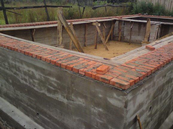 Цоколь дома из тяжелого бетона фото