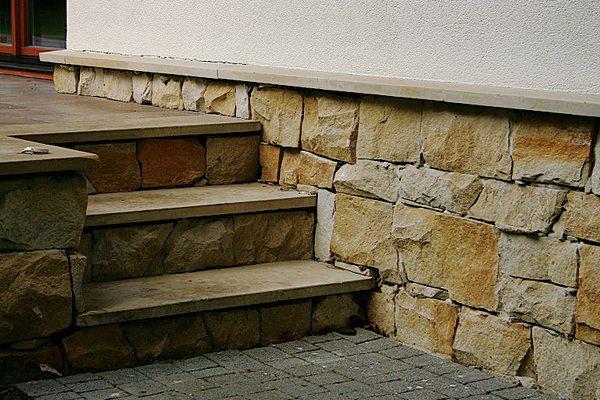 Цоколь, выложенный рваным камнем