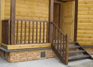 Цокольные панели надёжно защищают деревянный фасад