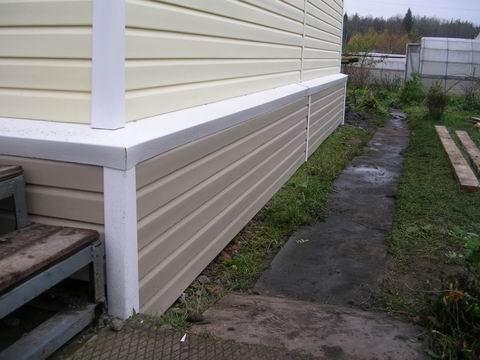 Укрытый панелями цоколь хорошо защищен от атмосферной влаги и осадков.
