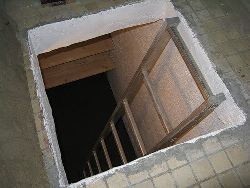 Вход в погреб с балкона.