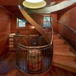 Винтовая деревянная лестница в подвал