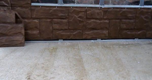 Внизу оставлен зазор под тротуарную плитку