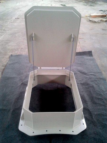 Всё большее распространение приобретает люк в погреб под плитку или любое другое покрытие, которое не терпит контактов с тяжёлым металлом, из литых пластмасс