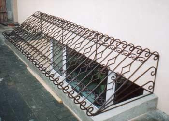 Все металлические ограждения подобных частей фасада должны быть достаточно прочными и способными выдерживать большие нагрузки