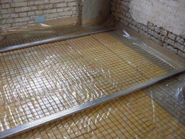 Выкладываем арматурную решетку и приподнимаем ее над уровнем пленки на 2 – 3 см подпорками.