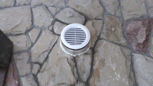 Вытяжной канал располагается под потолком подвала