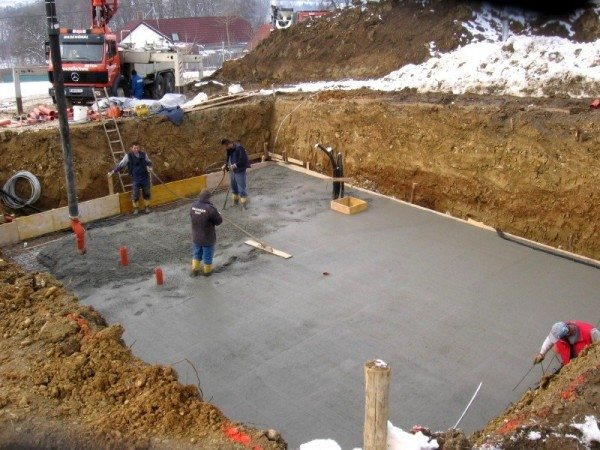 Заливаем в опалубку бетон и производим вибрационное разглаживание.