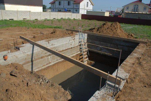 Заливка стенок котлована бетоном.